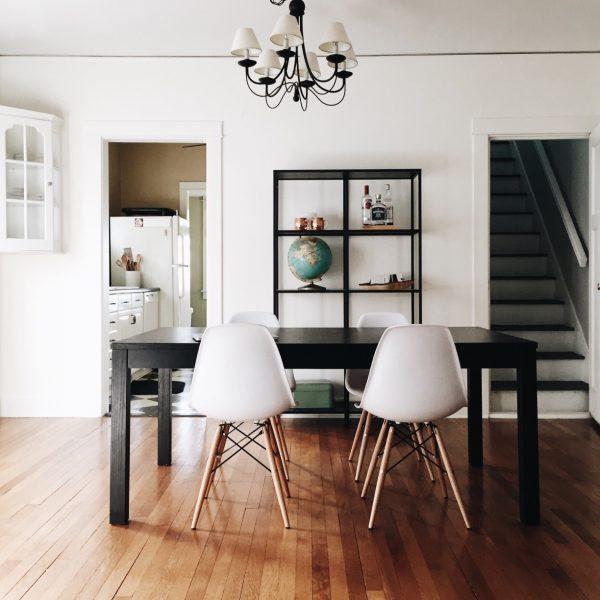 Habiller un meuble de salle à manger.
